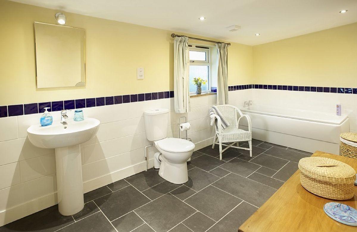 Ground floor: En-suite bathoom to the Master bedroom