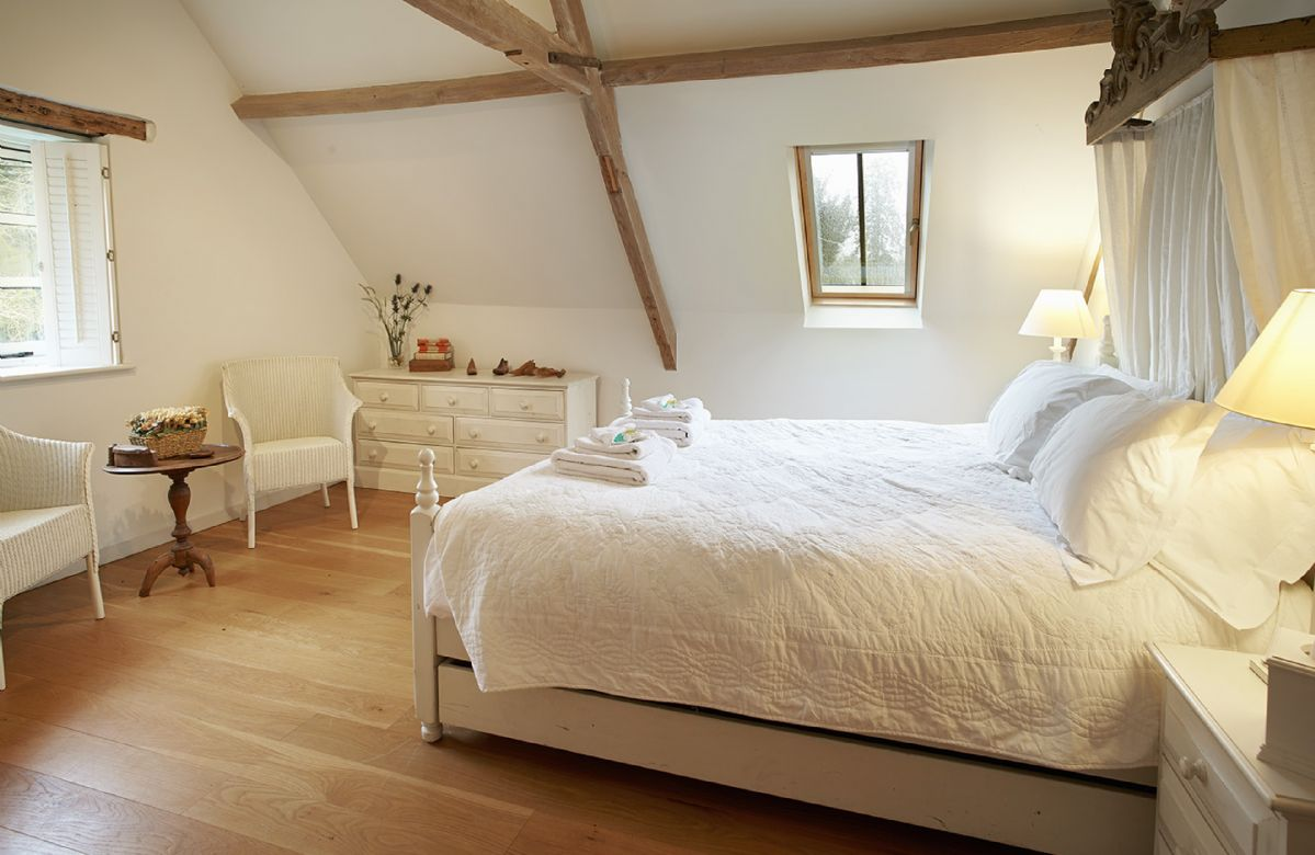 The Coach House: First floor large double bedroom with 5' canopied bed