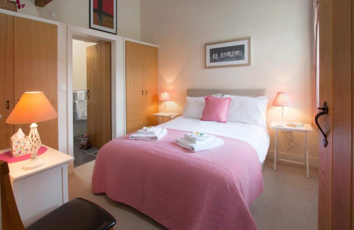Ground floor:  Double bedroom with a 5' bed and an en-suite wet room