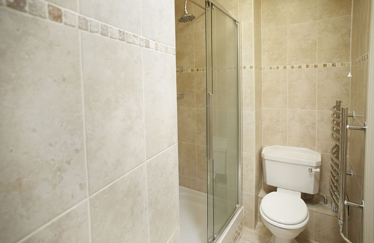 First floor: En-suite shower and wc