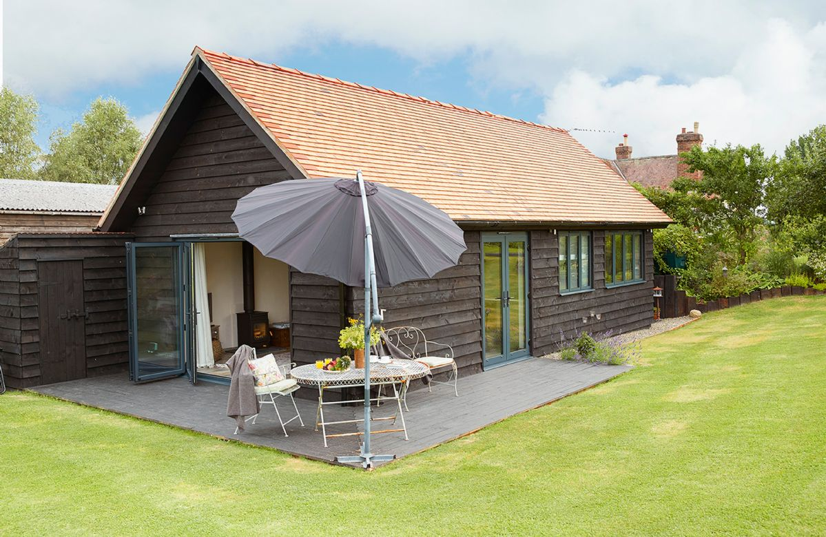 Broomers Barn is a beautifully appointed single storey, wooden-clad barn located in a very pretty and peaceful setting