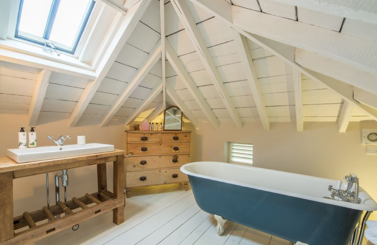 Mezzanine floor: Bathroom with roll top bath