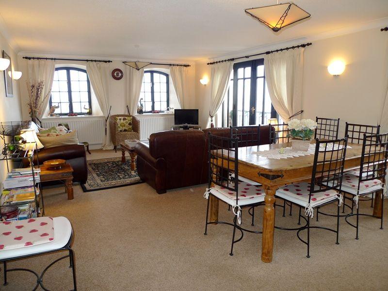 9 The Granary   Sitting/dining room