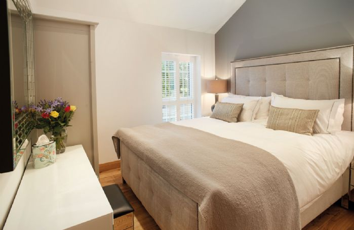 Ground floor: Master bedroom with Superking luxury bed (6'4 x 7'3) and en-suite bathroom with bath and handheld shower
