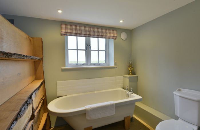 The Dairy: Ground floor double bedroom with 4'6 double bed and bathroom