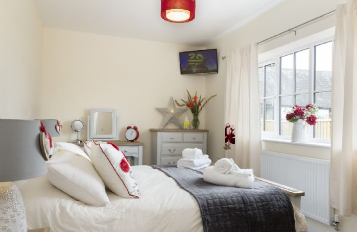 Ground floor: Double bedroom with 5' king-size bed and TV