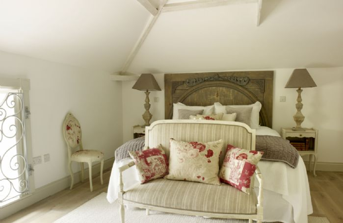 First floor: Vintage style master bedroom with 5' king-size bed and en-suite  bathroom