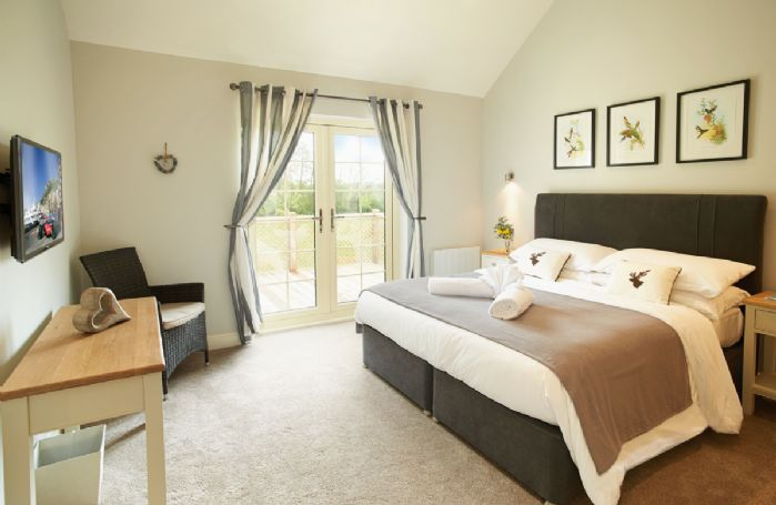 Ground floor: Master bedroom with 6' bed and en-suite bathroom with separate shower