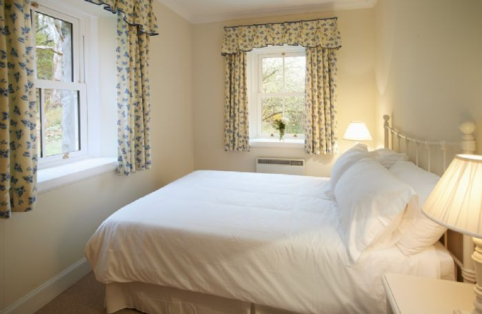 Ground floor: Bedroom with 4'6 double bedroom and en-suite bathroom with bath and shower