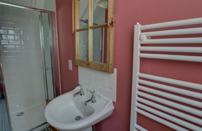 The Buttery: Mezzanine floor en-suite shower room