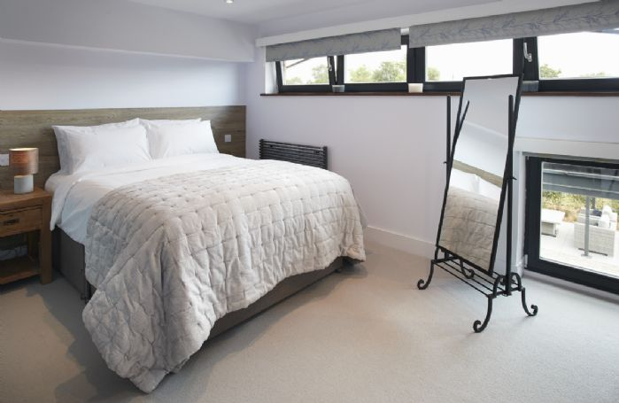 First floor:  Second bedroom with king size bed which can be configured as 2'6 twin beds