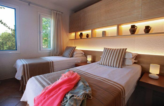 Ground floor: Twin bedroom with en-suite shower room