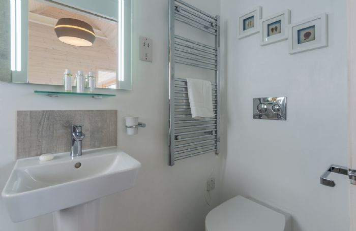Contemporary  en suite shower room to the twin bedroom