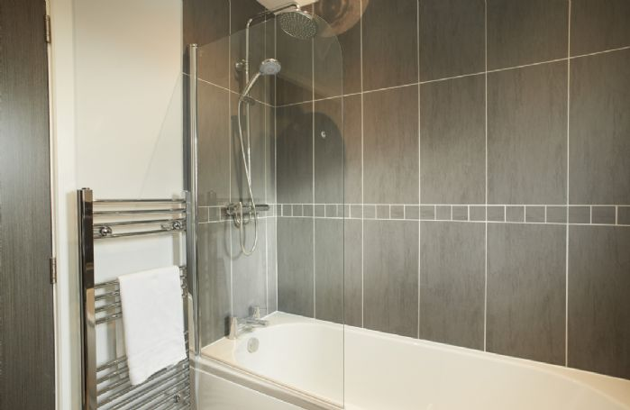 Ground floor: En-suite bathroom