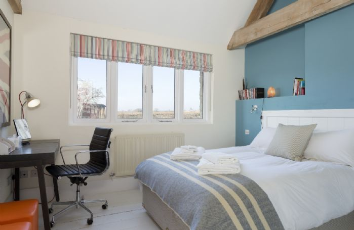Ground floor: Bedroom with 5' king size bed