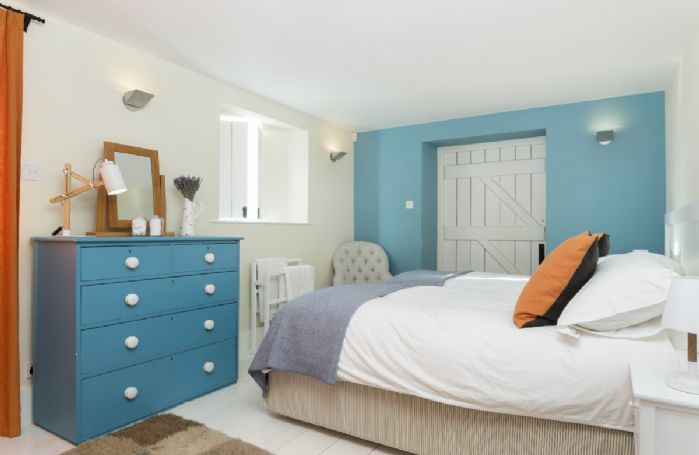Ground floor: Bedroom with twin beds (can be configured as a 6 super king on request) with en-suite shower room