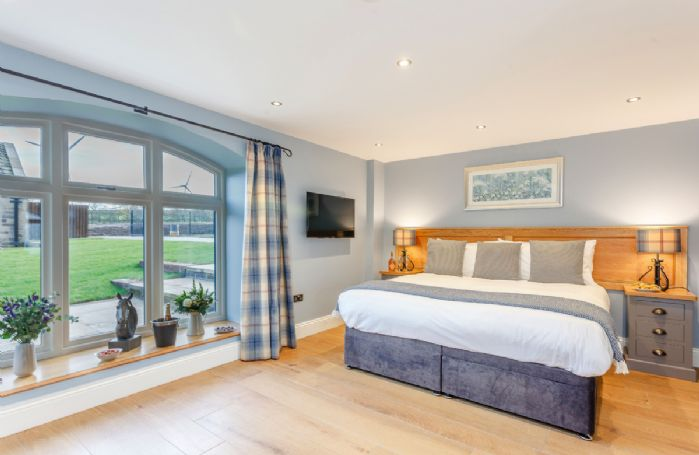 Ground floor: Double bedroom with 6' zip and link bed, en suite and views onto rear lawn