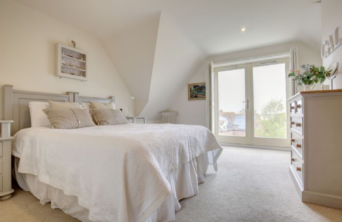 First floor: Master bedroom (The Calm room) with wonderful views to the sea, 5' zip and link king size bed and en-suite shower room