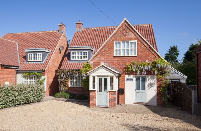 Beachcomber is a superb contemporary house in an excellent location just two minutes' walk from the beach in Old Hunstanton