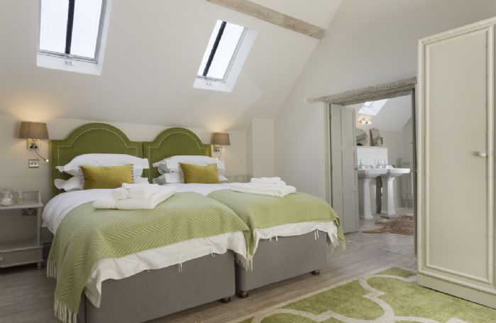 The Coach House: First floor en-suite bedroom with twin beds