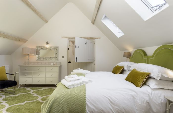 The Coach House: The beautifully decorated bedroom with en-suite