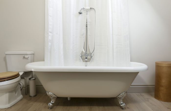 The Coach House: En-suite bathroom with roll-top bath and shower over