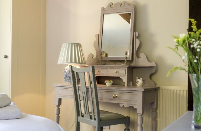 Ground floor: Elegant dressing table in the double room