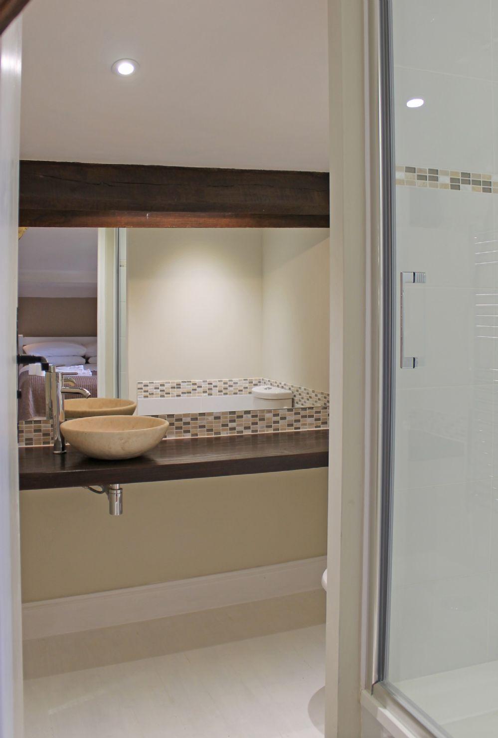 Upstairs double bedroom en-suite..