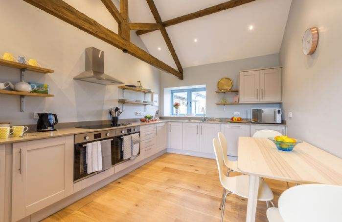 Drackenorth Lodge: Well-equipped kitchen with table and chairs seating four