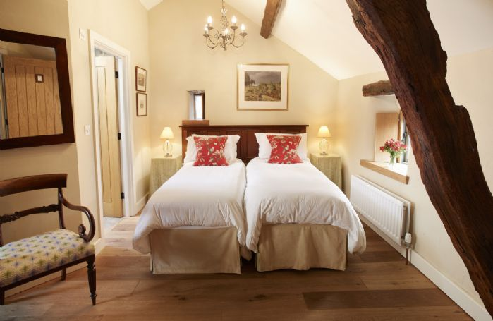 Cruick Barn: First floor twin bedroom with 3' zip and link beds with en suite bathroom with shower over