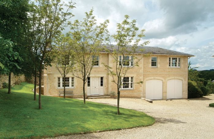 Le Manoir is in a quiet village with uninterrupted country views. An ideal location for exploring the Cotswolds