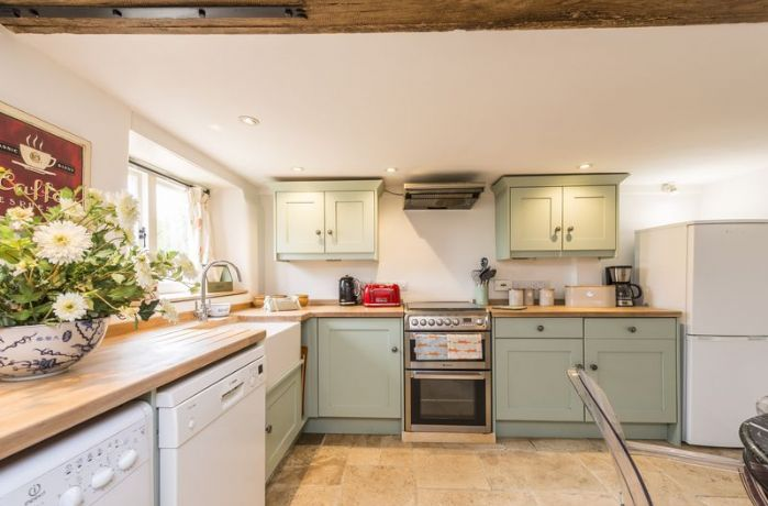 Ground floor: Fully equipped kitchen with dining table and underfloor heating