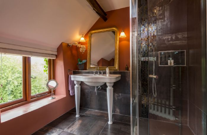 First floor: Master bedroom en-suite shower room