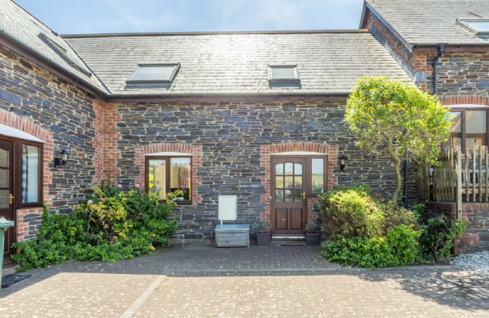 Curlew's Cwtch is a contemporary two bedroom holiday home in North Cornwall
