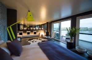 Double bedroom with views over the lake