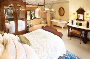Ground floor: Master bedroom with 4'6 bed roll top bath and en-suite wc