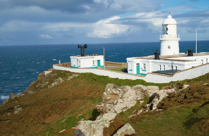 Argus is one of two holiday cottages available at the lighthouse and has a dramatic location on a granite headland on the North Cornwall Coast within a Site of Special Scientific Interest and an Area of Outstanding Natural Beauty