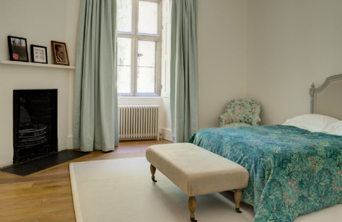 First floor: Bedroom with 4'6 double bed