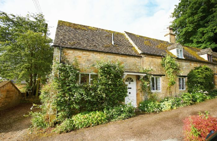 Keytes Cottage with accommodation for 4 Guests has lovely views across the Evenlode valley from its beautiful garden and plenty of great country walks straight from the front door