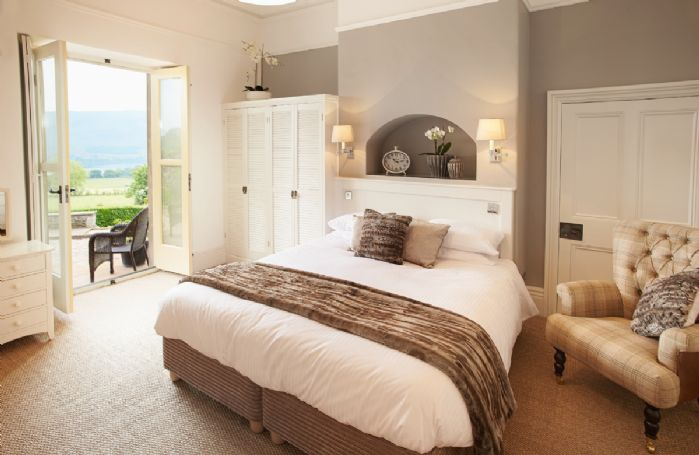 Ground floor: Master bedroom with 6' bed and en-suite bathroom with bath, separate power shower and wc