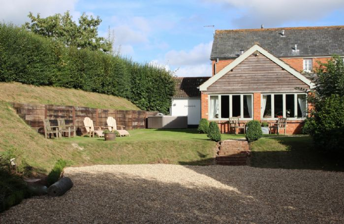 Apple Mill Cottage benefits from an outdoor hot tub and complimentary membership to Woodbury Park Golf and Leisure Club, sit and watch the sun go down
