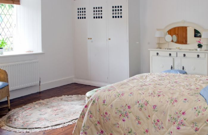 Ground floor:  King size double bedroom with en-suite bathroom