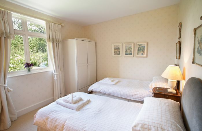 Ground floor: Twin bedroom with 3' beds and en-suite shower room and wc