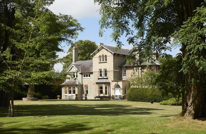 Ashmorton House is a spacious Victorian country house set in 7 acres of grounds