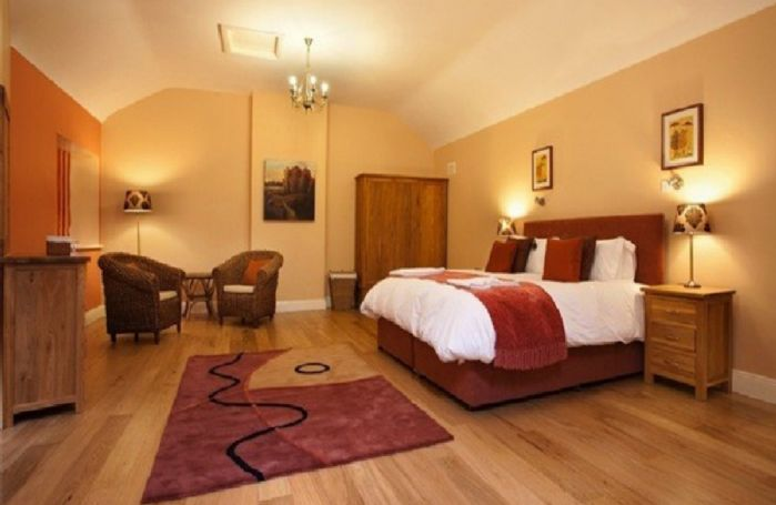 First floor: Double bedroom with en suite jacuzzi bathroom and walk in shower
