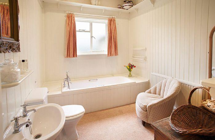 Ground floor:  En-suite bathroom