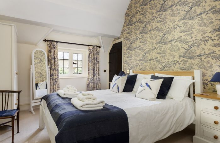 First floor: Master bedroom with vaulted ceiling, 5' bed and en-suite shower room
